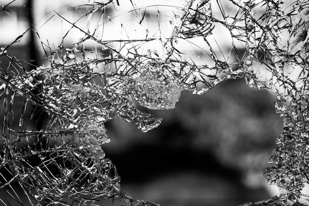 割れる ガラス