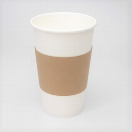 白い紙コップとクラフトのスリーブ